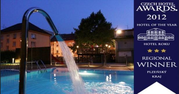 Víkendová letní dovolená ve Wellness Hotel Central*** v Klatovech: 3 dny pro 2 s kvalitní polopenzí, finskou saunou a vnitřním bazénem až do 30.9.2017. Vnitřní a venkovní bazén!
