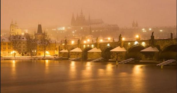 Praha podzimní i adventní v hotelu BOHEMIANS*** - 3dny (2 noci) se snídaní za skvělou cenu 1699 CZK nebo 66 EUR pro 2. Hotel přímo na břehu Vltavy. Jen kousek tramvají do centra.